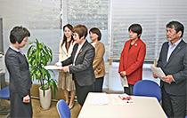 市に申し入れる日本共産党大津市議団写真